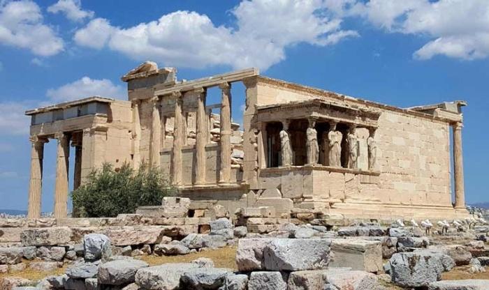 Эрехтейон — известнейший памятник древнегреческой архитектуры, являющиеся одним из главных храмов Афин (Греция). | Фото: royalcarsanmarino.com.