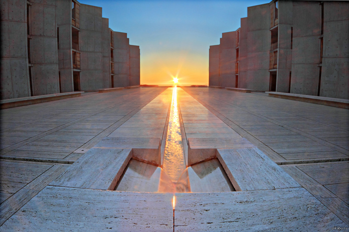 Водный объект, разделяющий архитектурный ансамбль две одинаковые половинки, стал знаковым элементом, символизирующим бесконечность (Salk Institute for Biological Studie, Калифорния). | Фото: designdeluxegroup.com.