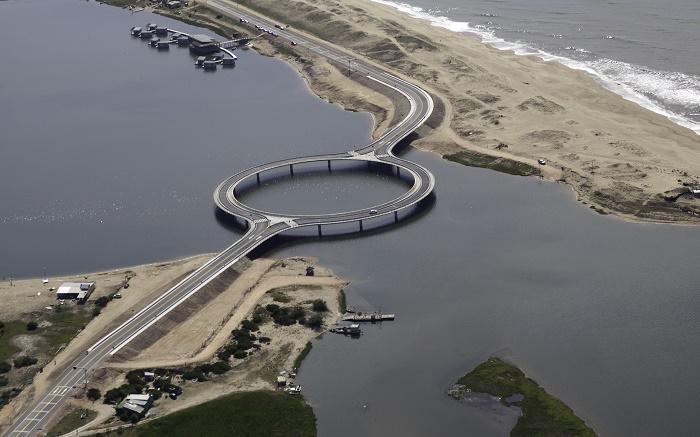 Кольцевой мост через мелководную лагуну построили с определенной целью (Laguna Garzon Bridge, Уругвай). | Фото: businessinsider.com.