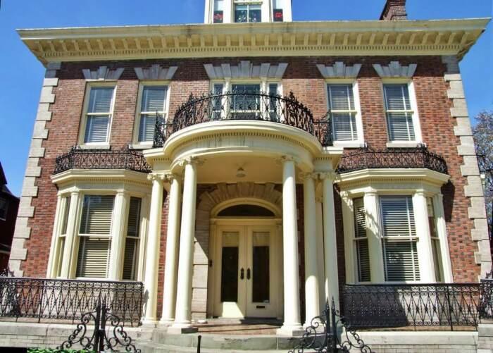 Пример французского колониального архитектурного стиля.   Фото: rehouz.info.