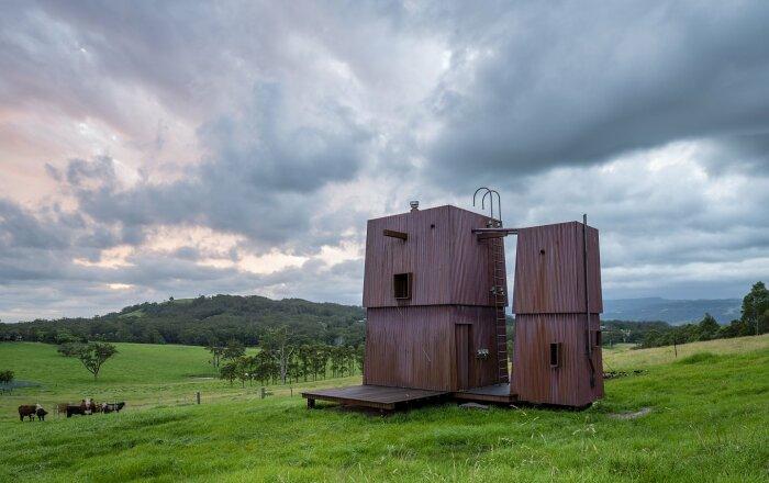 Летний домик в отсутствие владельцев может быть надежно спрятан за большими ставнями из гофрированной меди. | Фото: housesawards.com.au.