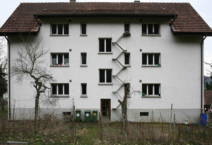 Искренняя любовь и забота к кошкам заставляет швейцарцев пристраивать лестницы к фасадам жилых домов. | Фото: © Brigitte Schuster.