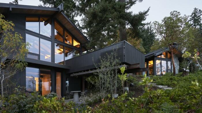 Преображенный дом Loom House идеально интегрирован в природный ландшафт острова Бейнбридж (штат Вашингтон).   Фото: newatlas.com.
