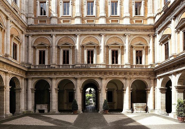 Внутренний двор Палаццо Фарнезе, который уже более 100 является посольской резиденцией Франции. | Фото: italy4.me.