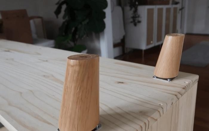 Ножки на нижнюю часть комода можно закреплять любой конфигурации, лишь бы соответствовали стилю дизайна.   Фото: cpykami.ru.