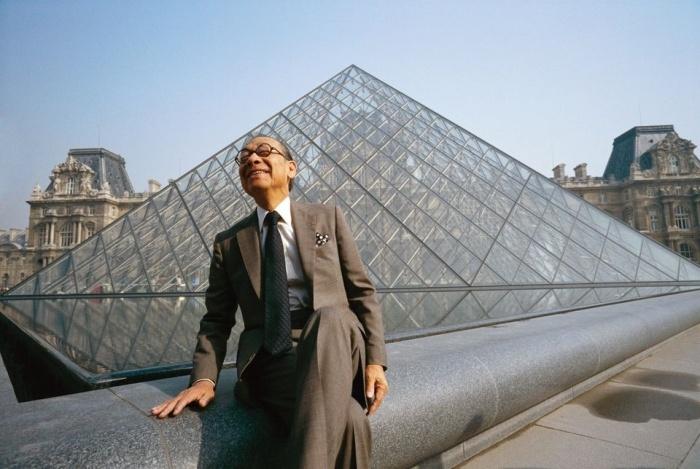 Легендарный архитектор I. M. Pei возле одного из самых значимых своих творений (Le Grand Louvre, Париж). Фото:   architectural-review.com.