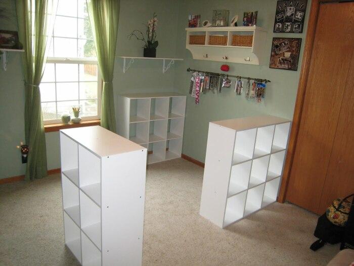 Стеллажи из Ikea могут вдохновить на создание рабочего стола для рукоделия. | Фото: cpykami.ru.