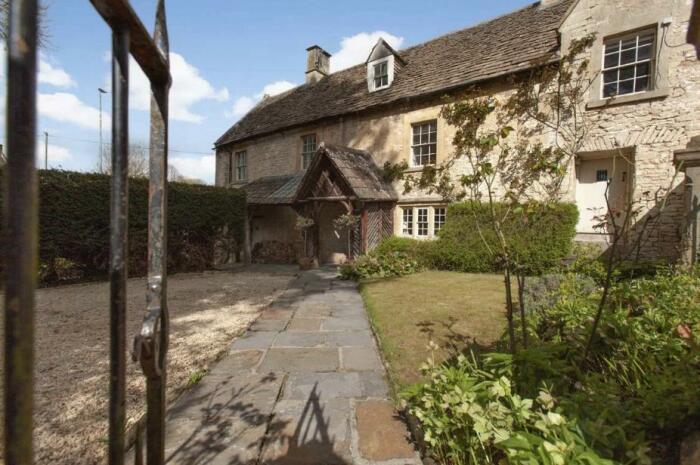 В Англии продается средневековый особняк с 95-летней черепахой – самым популярным персонажем деревни Бокс (The Old Dairy).   Фото: westwalesholidaycottages.co.uk.