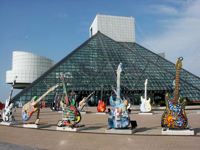 Зал славы рок-н-ролла был построен на берегу озера Эри и торжественно открыт в 1995 году (Кливленд, США).   Фото: ru.dreamstime.com.