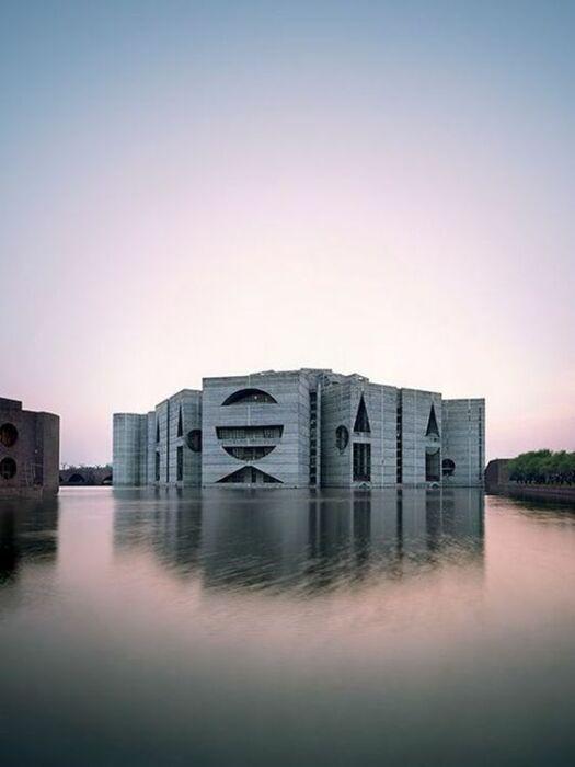Впечатляющая архитектурная композиция Национальной Ассамблеи в Дакке стала главной работой жизни гениального Луиса Кана (Бангладеш). | Фото: re-thinkingthefuture.com.