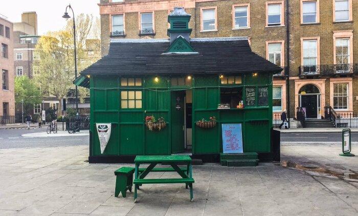 К этим загадочным зеленым домикам в исторической части Лондона таксисты очень трепетно относятся (Cab Shelter, Великобритания).   Фото: banksidegallery.com.