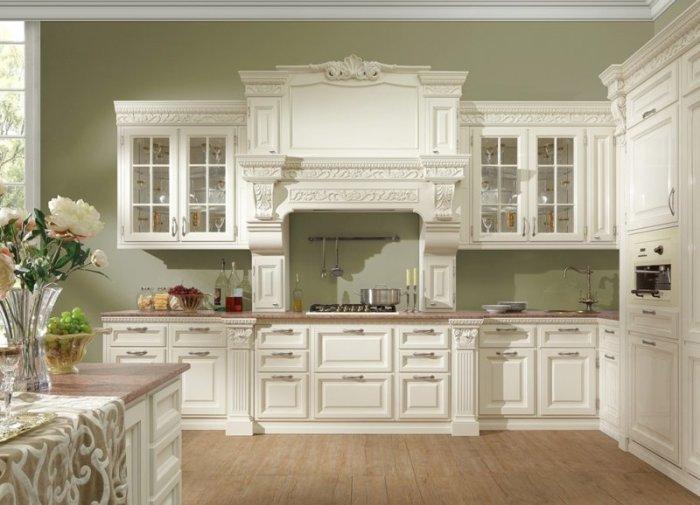 Оформление кухни в классическом стиле подразумевает выбор соответствующей фурнитуры. | Фото: clubexpert.su.
