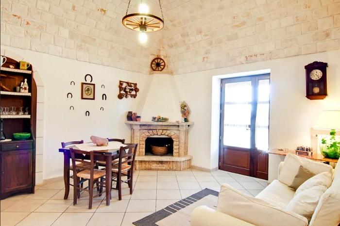 Гостиная самого необыкновенного домика (Трулло Эдера, Италия).