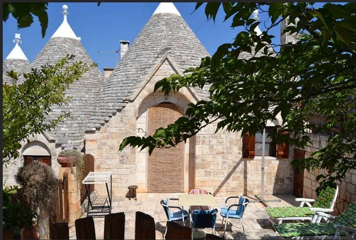 Уютный внутренний дворик гостевого дома (Трулло Эдера, Италия).