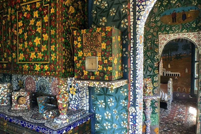 Все предметы интерьера декорированы красивыми мозаичными узорами.