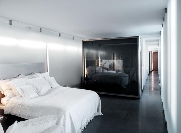 Хотя спальня сделана из стекла и ульрасовременных материалов, но кровать накрыта покрывалом с вышивкой ришелье и бути. / Фото: Karl Lagerfeld.