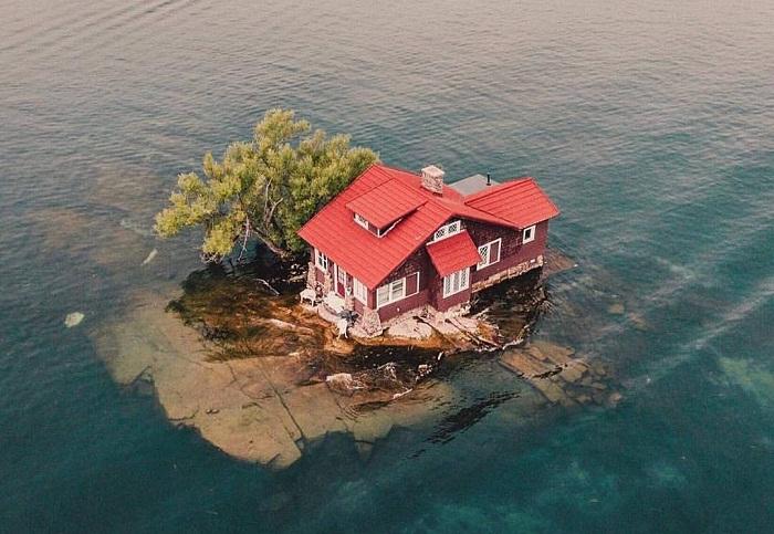 Самый маленький обитаемый остров на планете (Just Room Enough, США).