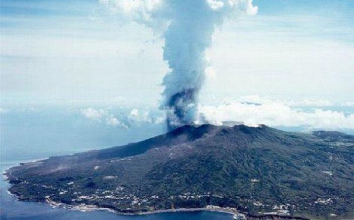 Постоянная активность вулкана Ояма на архипелаге Идзу.