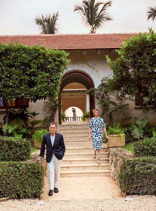 Михаил Барышников и его супруга Лиза Райнхарт возле внутреннего дворика своей виллы.   Фото: Тьяго Молинос (Tiago Molinos).