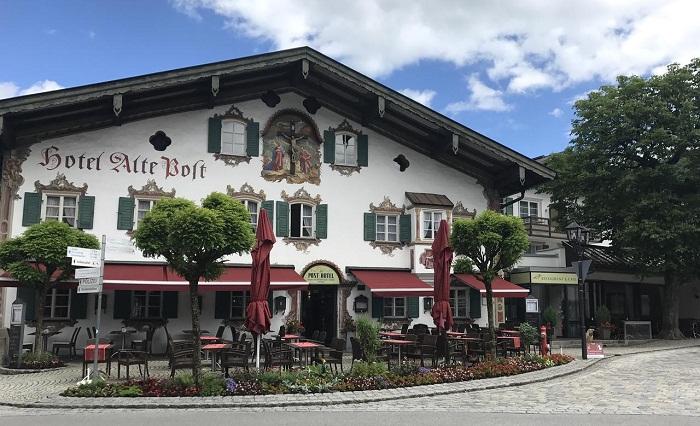 Каждое заведение было украшено оригинальными надписями и фресками (деревня Обераммергау, Германия). | Фото: booking.com.