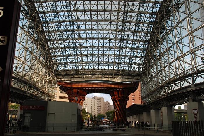 Купол станции сделан из стали и 3000 стекол (Канадзава, Япония).