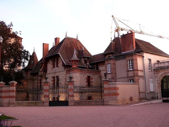 Самый загадочный дом в городе Мулен (Франция).