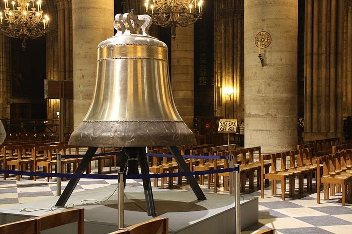 На Восточной башне собора расположен самый большой колокол Нотр-Дама Эммануэль (Франция).