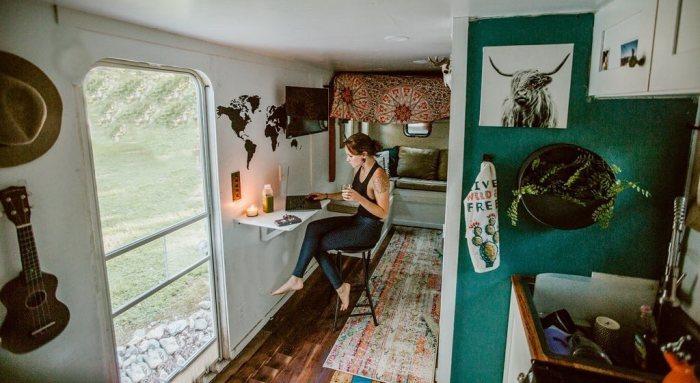 На небольшом пространстве мобильного дома удалось организовать все необходимые зоны.  | Фото: wday.ru/ @wazimulife.