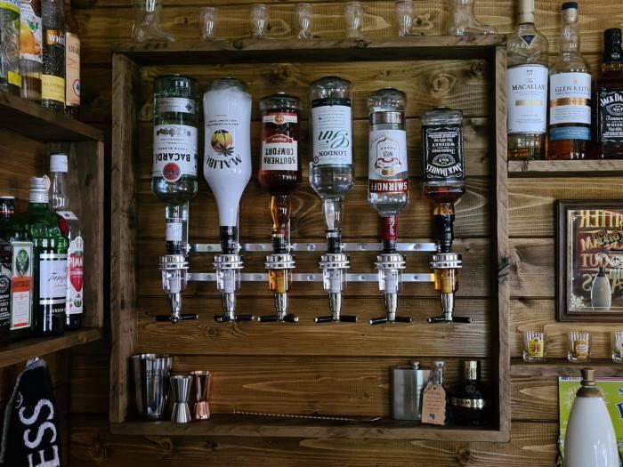 С таким арсеналом напитков от желающих стать барменом не будет отбоя («Drunken Crab», Великобритания). | Фото: facebook.com/ © Octavia Chic.