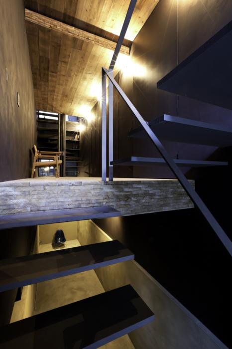 Зонирование с помощью «плавающих» полов и подэтажей увеличило жилую площадь («Ultra-Narrow House», Токио).