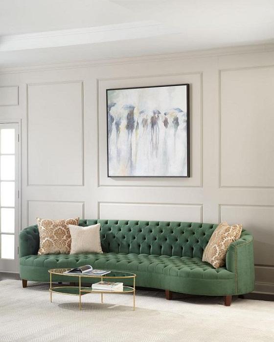 Невысокий диван зеленого цвета с велюровой обивкой в новом сезоне будет в тренде.