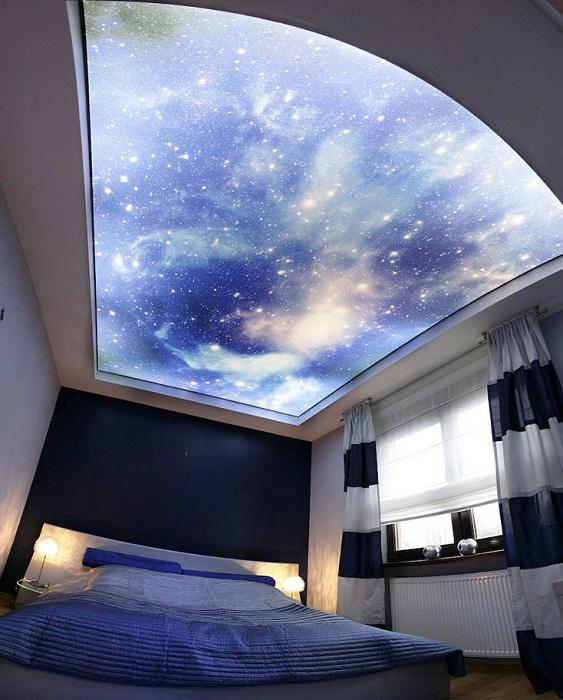 Фейковое окно напечатанное на полотне подвесного потолка с подсветкой.