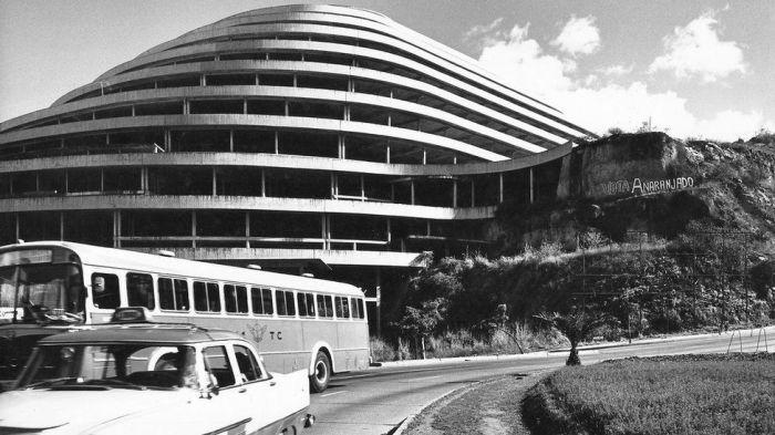 В 1961 г. строительство самого необычного здания Венесуэлы было полностью заморожено («El Helicoide», Каракас). | Фото: bigpicture.ru.