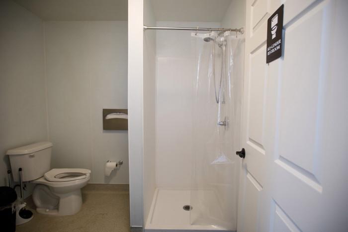 В каждом домике есть собственный душ и туалет («Bridge Housing Community», США). | Фото: kukmor.livejournal.com.