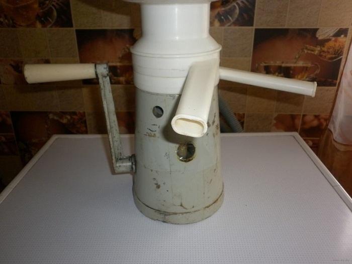 Сепаратор для отделения сливок от молока.