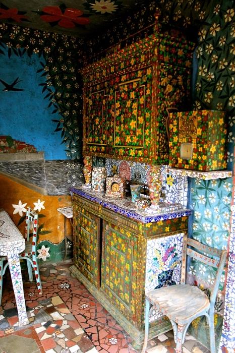 Мозаикой украшены даже предметы мебели.