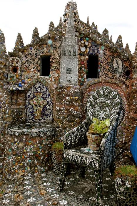 Даже кресла во дворе украшены мозаикой.