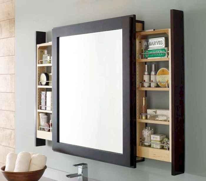 Полки для косметики и средств гигиены лучше спрятать за зеркалом. | Фото: livingmarch.com.