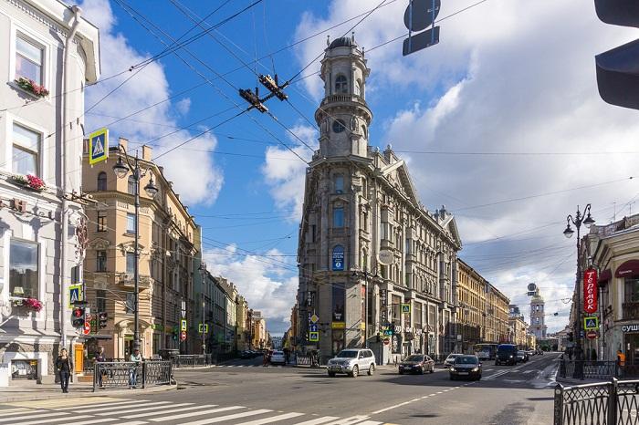 Знаменитый «Угол пяти углов» в Санкт-Петербурге (Россия).