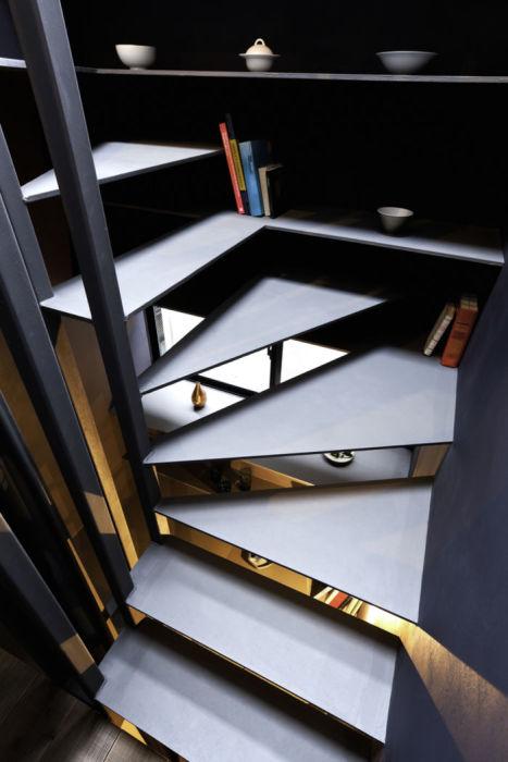 Открытые полки позволили организовать дополнительные системы хранения («Ultra-Narrow House», Токио). | Фото:  archidea.com.ua.