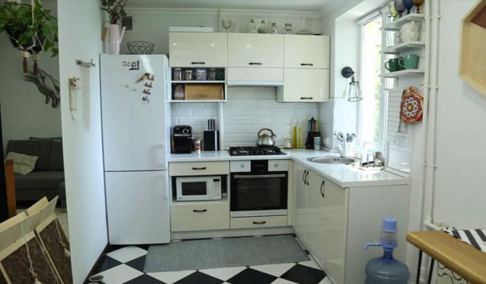 Интерьер кухни после кардинальной реорганизации пространства. | Фото: youtube.com / Oksana Matyash.