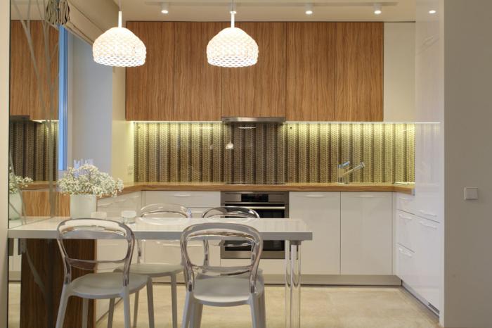 Лаконичность в дизайне и рациональность в размещении помогли создать комфортную и красивую кухню. | Фото: kvartirastudio.ru.