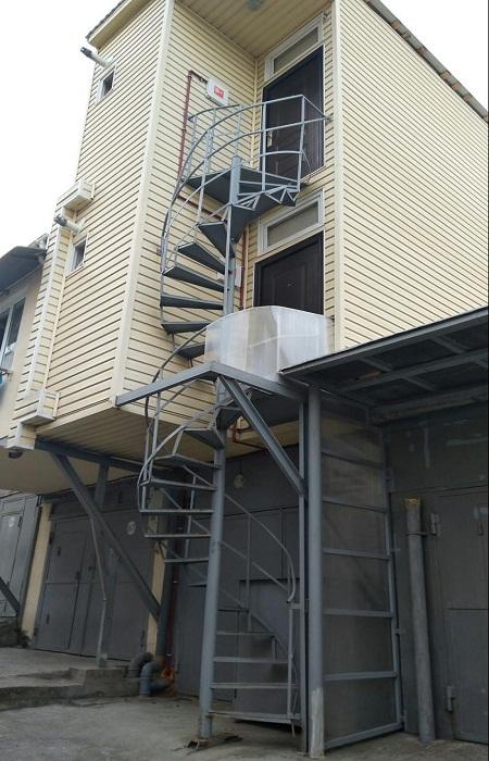 Если будет пожар, то по такой лестнице с ребенком или двумя на руках будет сложно спуститься.