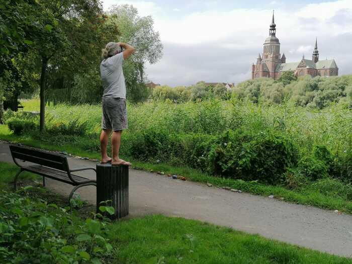 Каспер Моленаар долго и упорно ищет нужный ракурс, чтобы повторить снимок маэстро. | Фото: facebook.com.