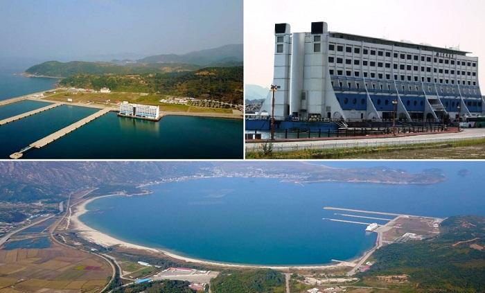 Более 20 лет плавучий отель получивший новое название Hotel Haegumgang стоит в Кымгансане (КНДР). | Фото: abc.net.au.