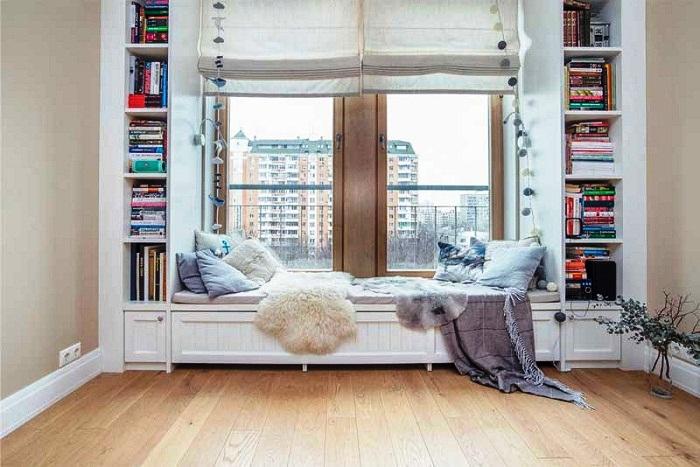 Рационально использовать свободное место под подоконником и вокруг окна.