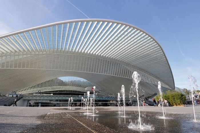 Конструкция из стекла и металла создает иллюзию невесомости. (Вокзал в Льеже, Бельгия).