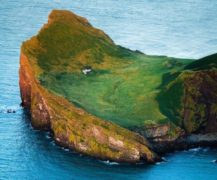 На одном из островов архипелага Vestmannaeyjar был обнаружен единственный дом (о. Эдлидаэй, Исландия). | Фото: sun.day.az.