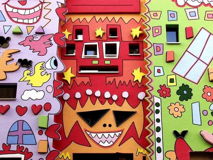 Веселые и яркие физиономии на фасаде вызывают только положительные эмоции («Happy Rizzi House»).