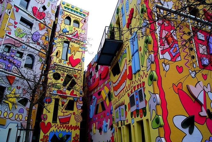 Офисы, расписанные мультипликационной тематикой в стиле поп-арт («Happy Rizzi House»).